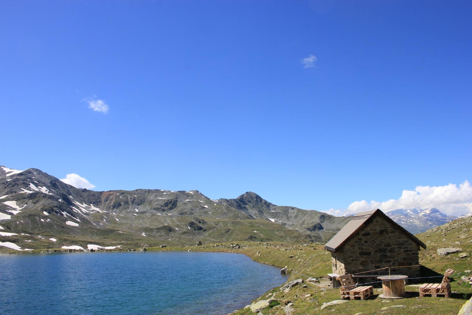 Schutzhütte mit Picknickplatz am Grosse See im Sommer